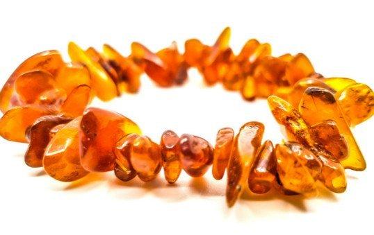 amber-bracelet-polishing